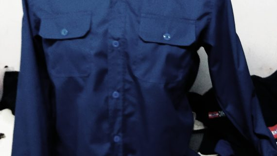 Seragam kantor rok mini dengan padanan atasan yang stylish